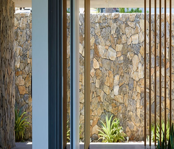 trang trí nhà đẹp bằng đá rối ốp tường